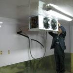 Признаками неисправностей холодильной камеры нередко являются
